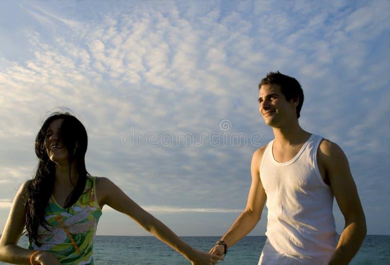 couples de plage heureux images stock