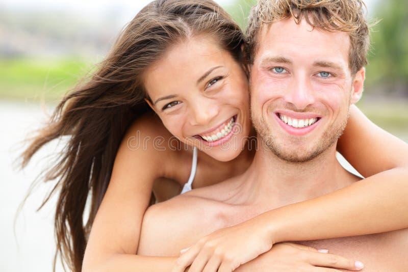 Couples de plage - jeune portrait heureux de couples image libre de droits