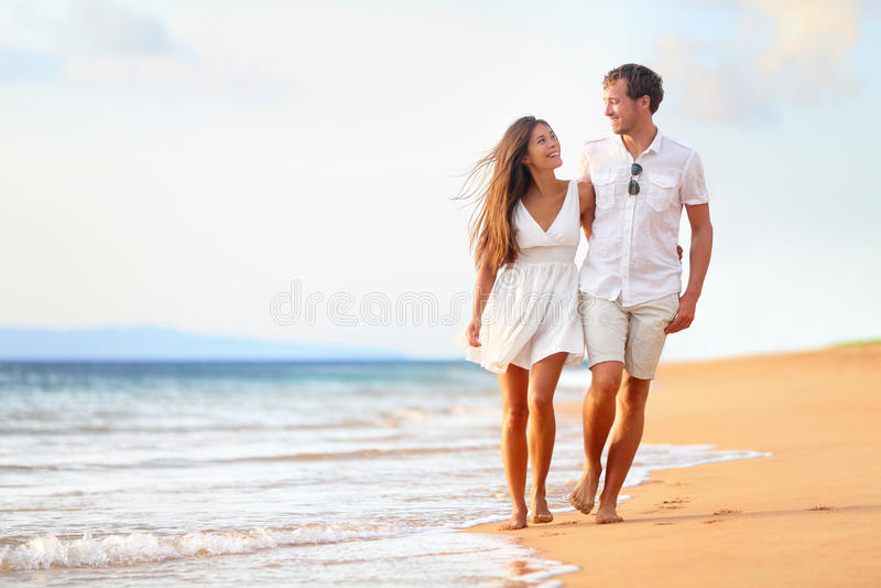 Couples de plage marchant sur le voyage romantique image stock