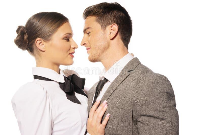Couples de plan rapproché embrassant presque le portrait photo libre de droits