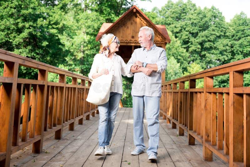 Couples de rayonner les retraités à la mode marchant ensemble photos stock