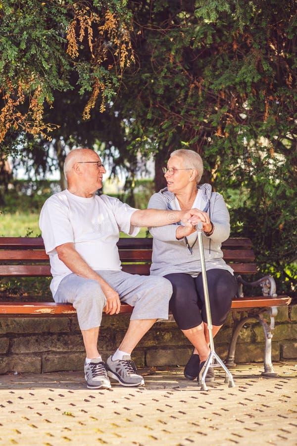 Couples de retraité détendant dehors un jour d'été photographie stock