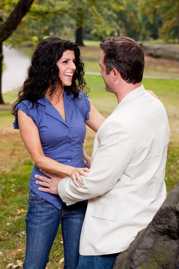 Couples de rire photographie stock libre de droits