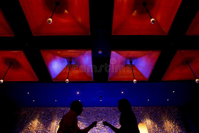 Couples de silhouette en moments romantiques photos libres de droits