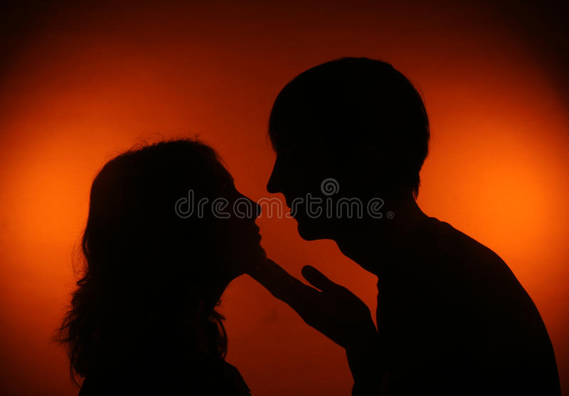 Couples de silhouette se regardant photos stock