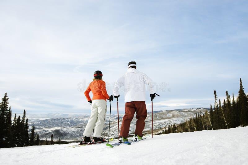 Couples de skieur sur la montagne photographie stock libre de droits