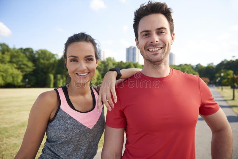 Couples de sourire après séance d'entraînement dure photos stock
