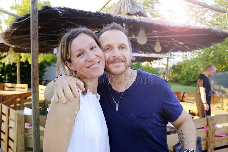Couples de sourire ayant l'amusement dans le stationnement Concept de vacances, de vacances, d'amour et d'amiti? photos libres de droits