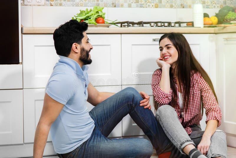 Couples de sourire ayant la conversation agréable image libre de droits