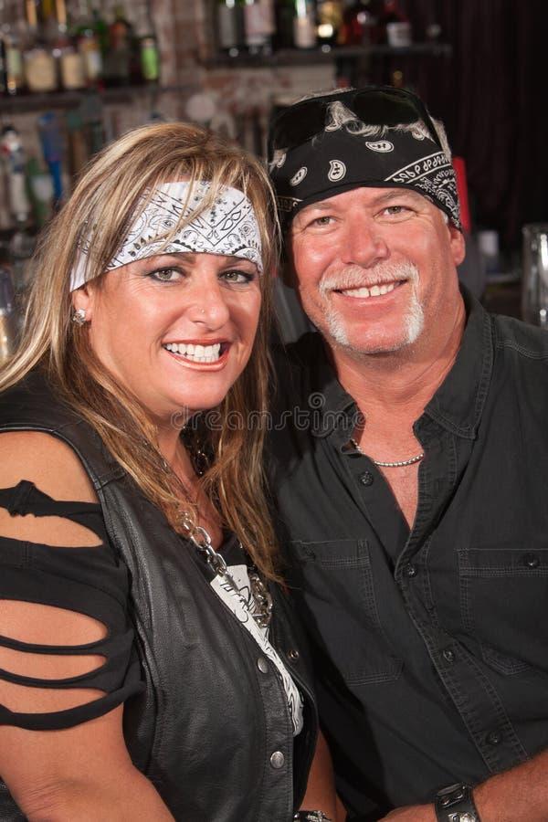 Couples de sourire dans des bandannas images stock