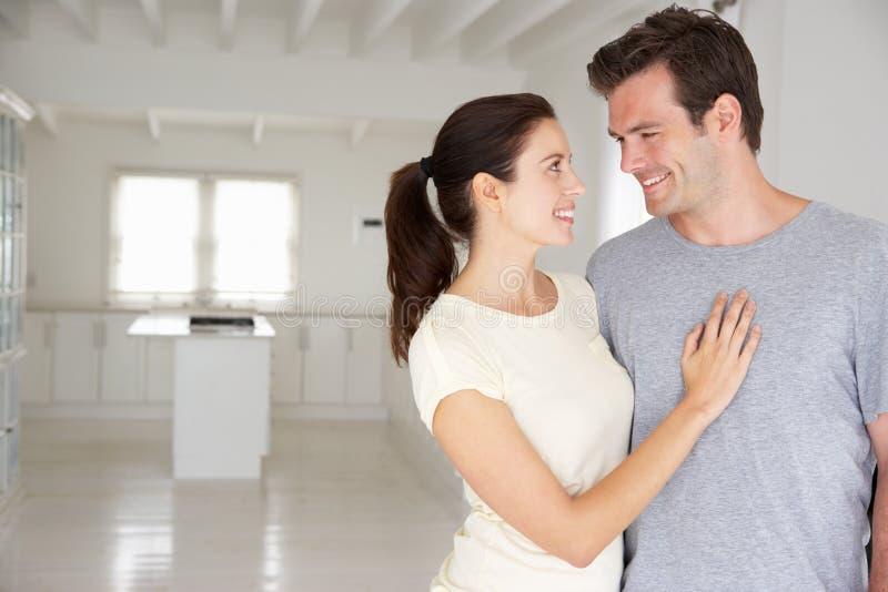Couples de sourire dans la maison neuve photo libre de droits