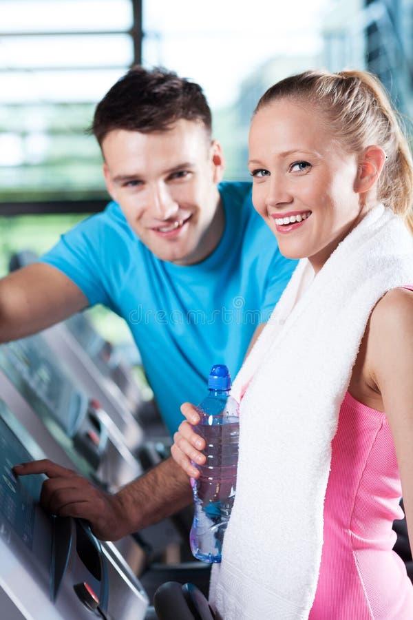 Couples de sourire dans le club de santé photographie stock