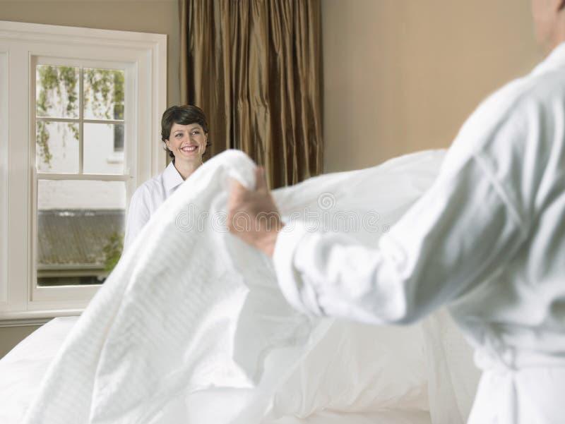 Couples de sourire faisant le lit images libres de droits