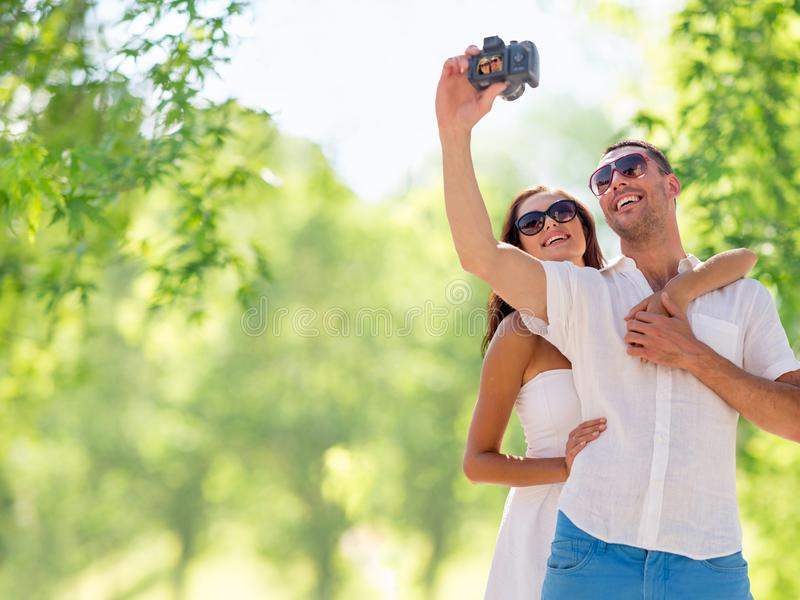 Couples de sourire faisant le selfie par l'appareil photo numérique images stock