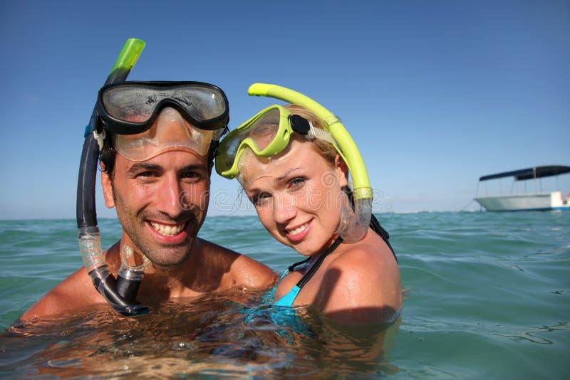 Couples de sourire faisant naviguer au schnorchel photo libre de droits