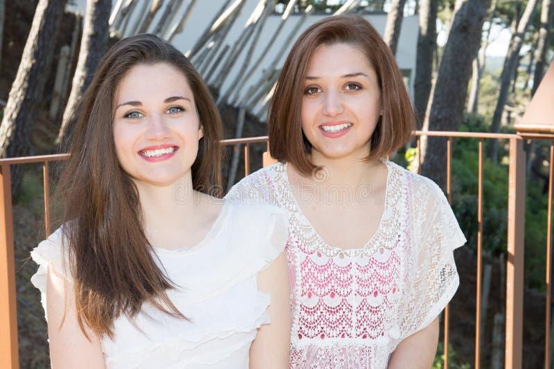 couples de sourire de filles sur le fond de mer photos libres de droits
