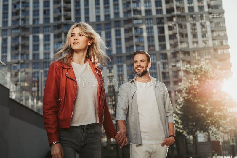 Couples de sourire gais descendant la rue image libre de droits
