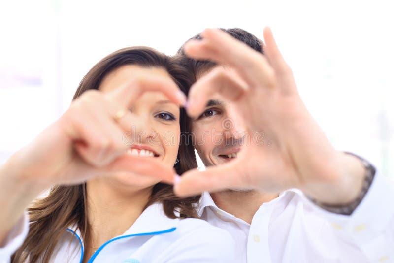 Couples de sourire heureux dans l'amour photo stock