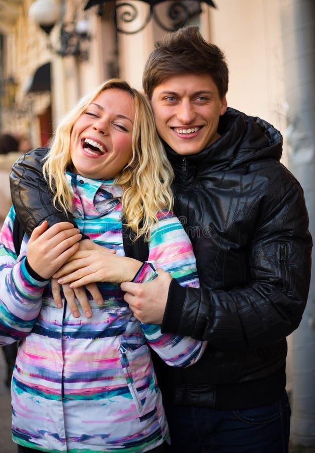 Couples de sourire heureux dans l'amour sur la rue images libres de droits