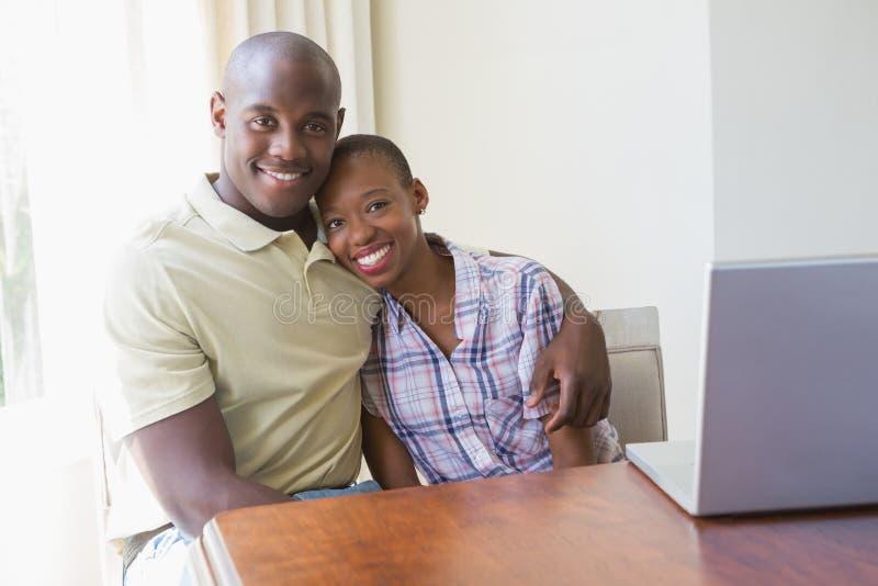 Download Couples De Sourire Heureux Utilisant Leur Ordinateur Portable Image stock - Image du ordinateur, demeure: 56484829