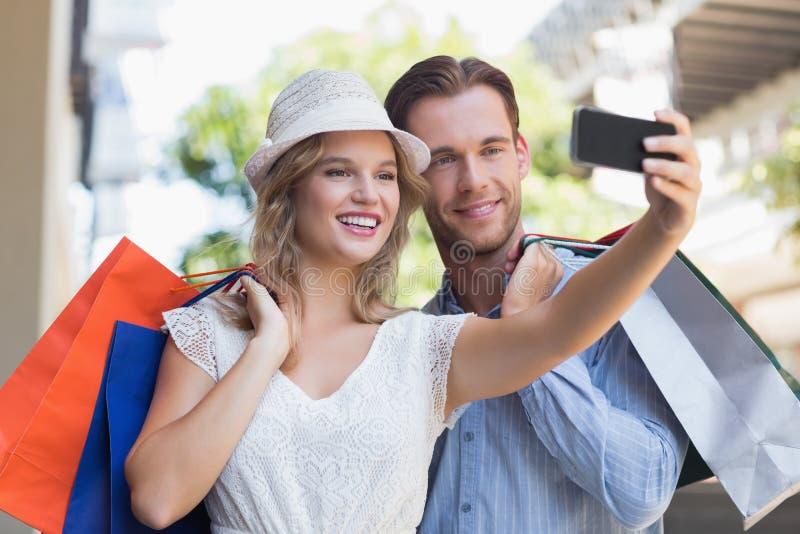 Download Couples De Sourire Mignons Prenant Un Selfie Photo stock - Image du mode, fixation: 56490366