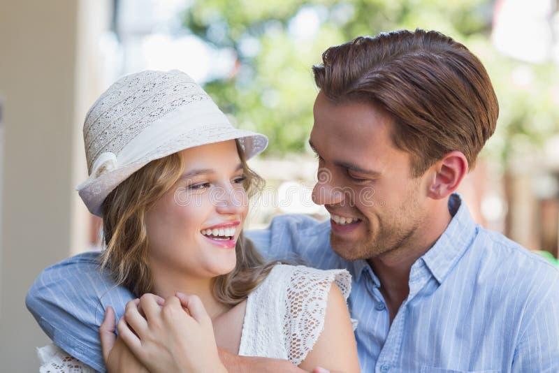 Download Couples De Sourire Mignons Regardant L'un L'autre Photo stock - Image du rapport, durée: 56489982