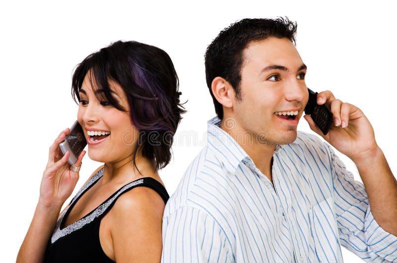 Couples de sourire parlant sur des mobiles photos libres de droits