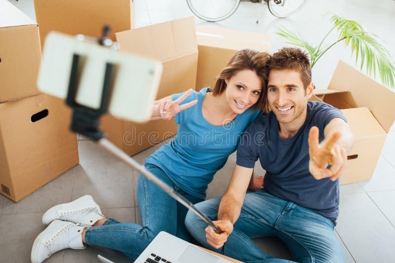 Couples de sourire prenant des selfies image stock