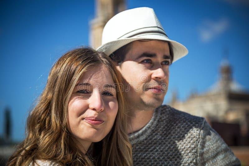 Couples de sourire regardant l'appareil-photo photo stock