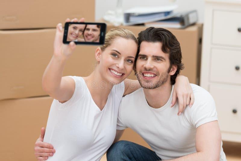 Couples de sourire se photographiant photos stock