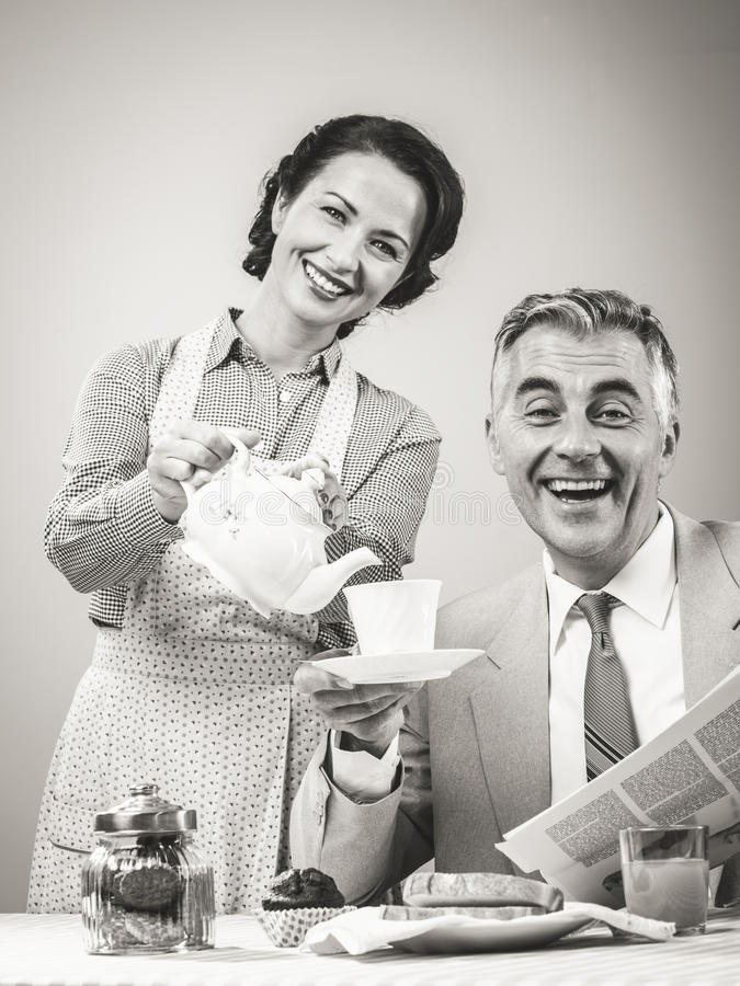 couples de style des années 1950 prenant le petit déjeuner photo libre de droits