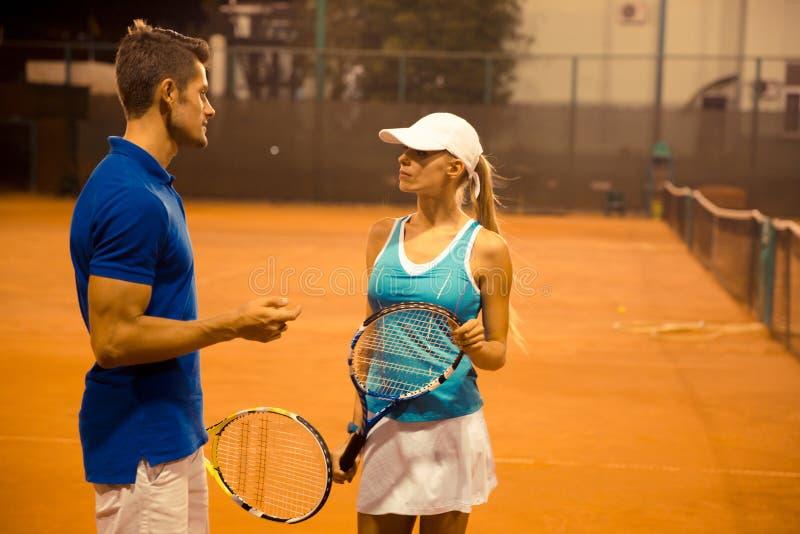 Couples de tennis parlant dehors photos libres de droits