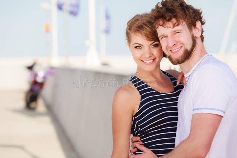 Couples de touristes dans la marina avec la moto image stock