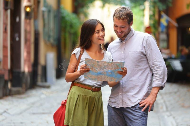 Couples de touristes de Stockholm regardant la carte photos libres de droits