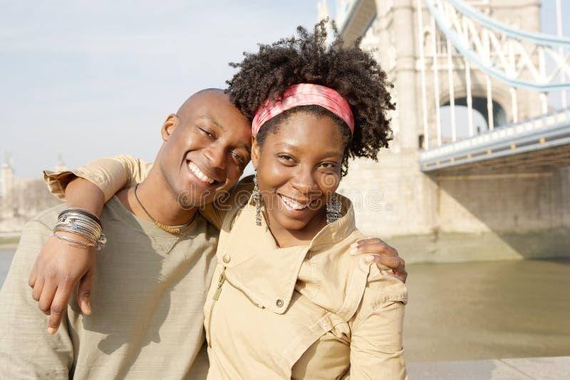 Couples de touristes en portrait de Londres. photographie stock libre de droits
