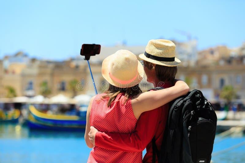 Couples de touristes faisant la photo de selfie tandis que voyage à Malte images libres de droits