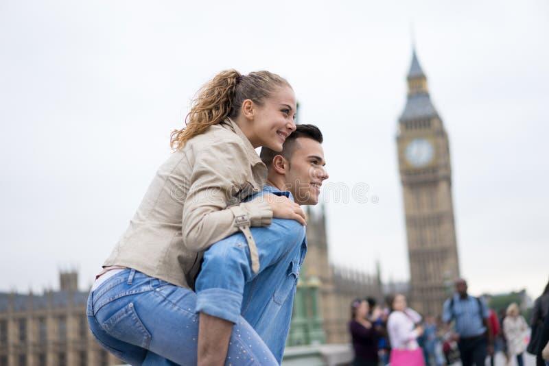 Couples de touristes prenant le selfie chez Big Ben, Londres images libres de droits