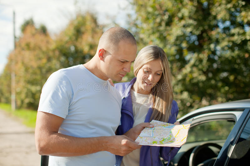 Couples de touristes regardant la carte photographie stock libre de droits
