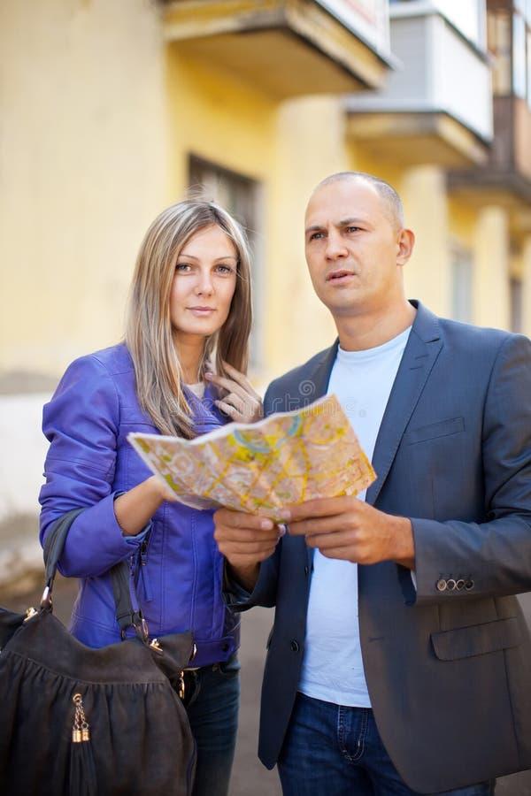 Couples de touristes regardant la carte image stock