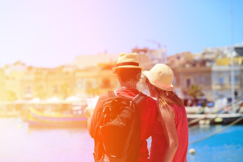 Couples de touristes regardant la carte tandis que voyage dedans image libre de droits
