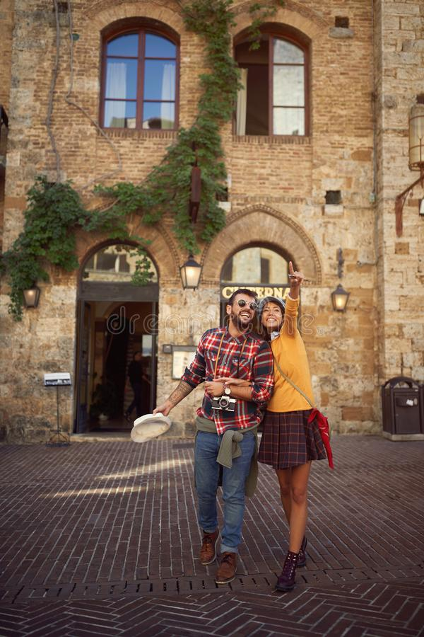 Couples de touristes de voyage tout en appr?ciant dans les vacances photos libres de droits