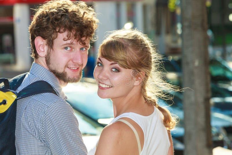 Couples de touristes voyageant ensemble ayant l'amusement images stock