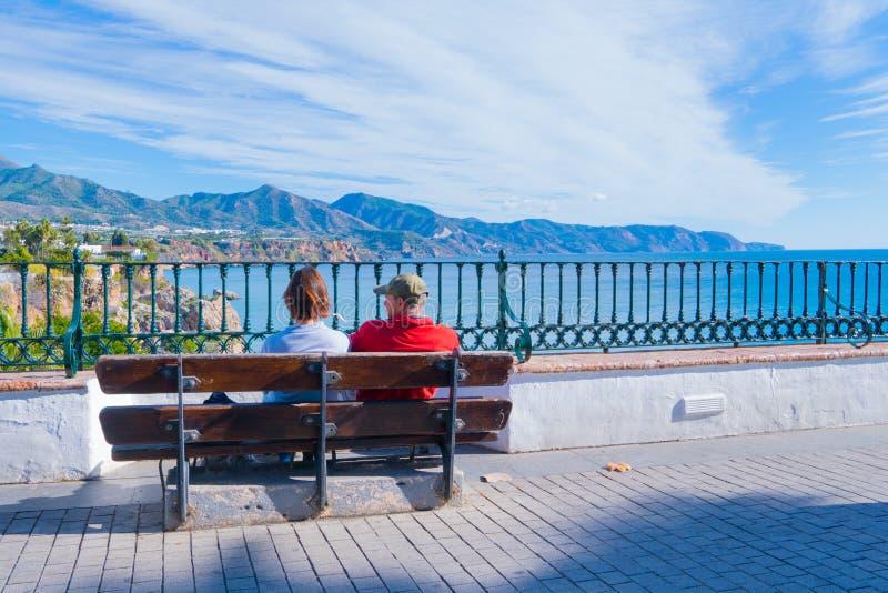 Couples de touristes - vue panoramique de Nerja l'espagne photo stock