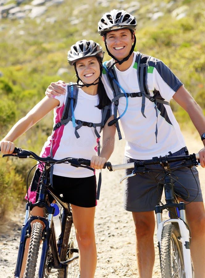 Couples de vélo images stock