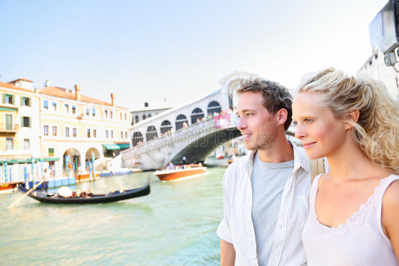 Couples de Venise par le pont de Rialto sur Grand Canal images stock