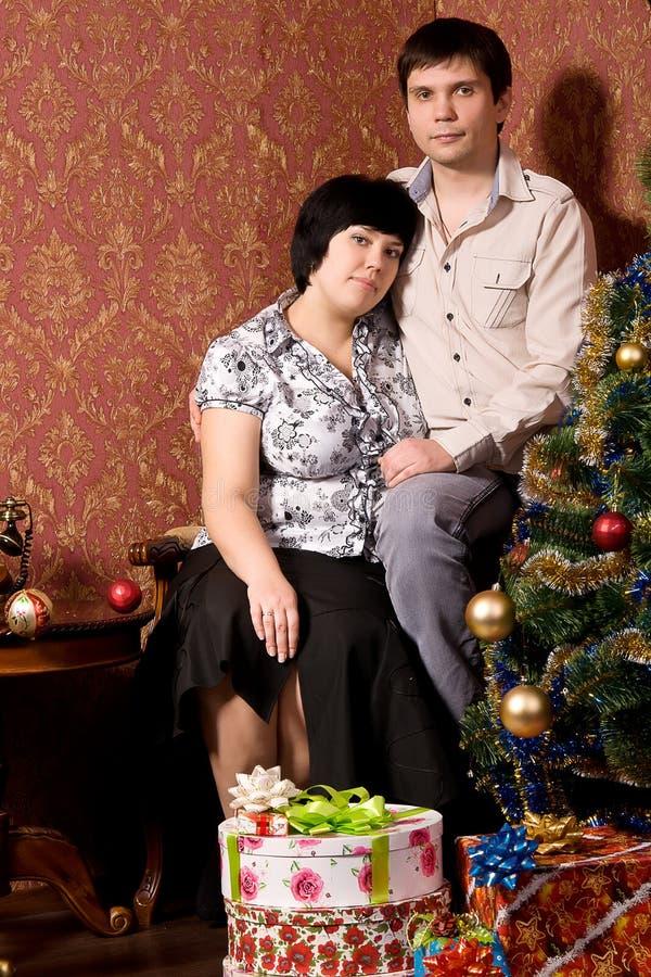 Couples de verticale dans la chambre avec le papier peint de cru photos stock