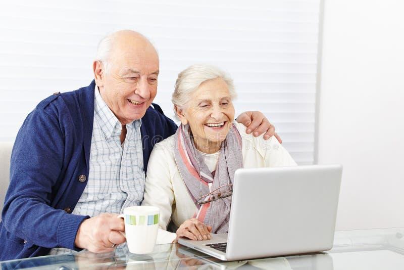 Couples de vieillard utilisant image stock