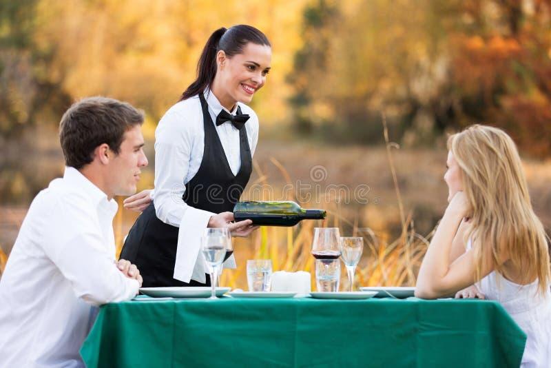 Couples de vin de serveuse images stock