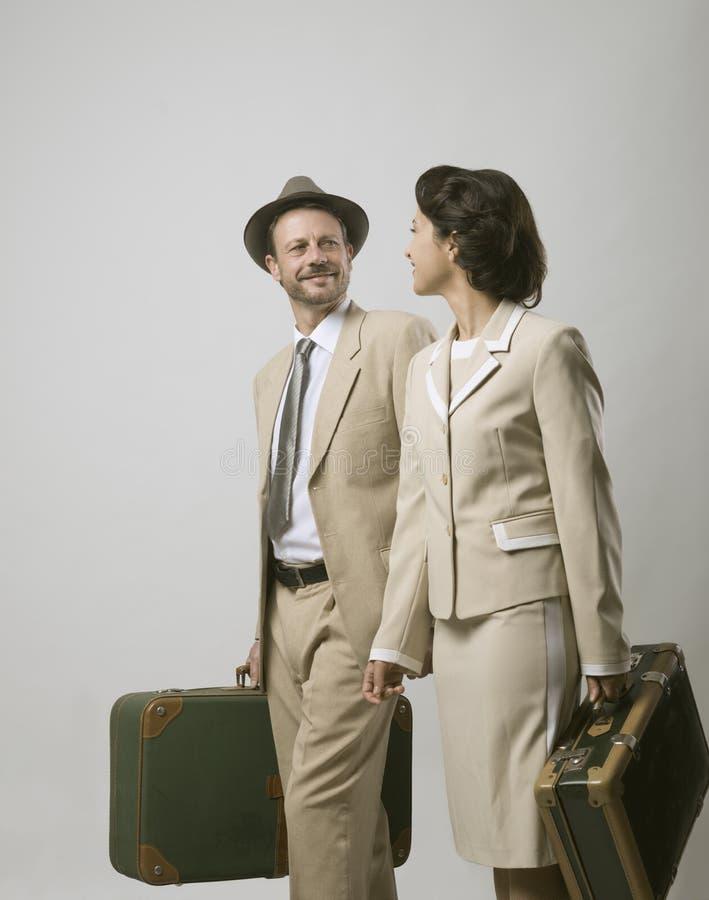 Couples de vintage partant pendant des vacances photos stock