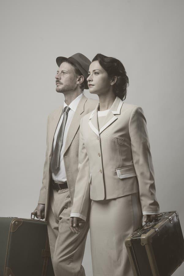 Couples de vintage partant pendant des vacances photo stock